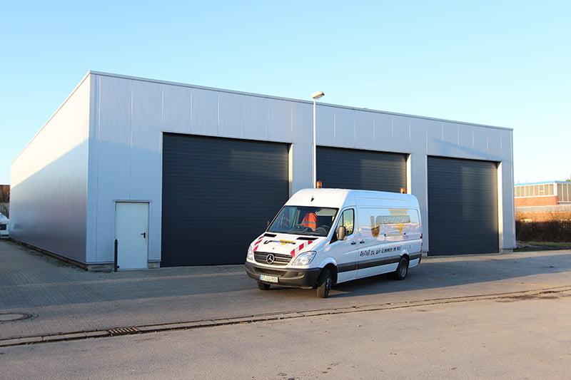 Servicewagen vor der Gerätehalle
